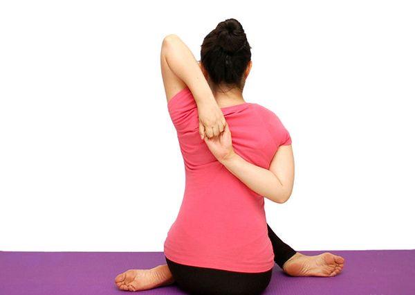Reafirmar el abdomen, el pecho, ejercicios Yoga