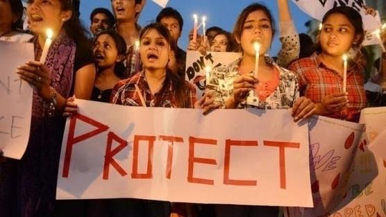Contra la violación en la India. Una joven se suicida a lo bonzo