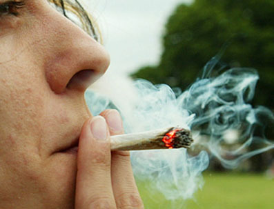 maria-Fumando-Marihuana