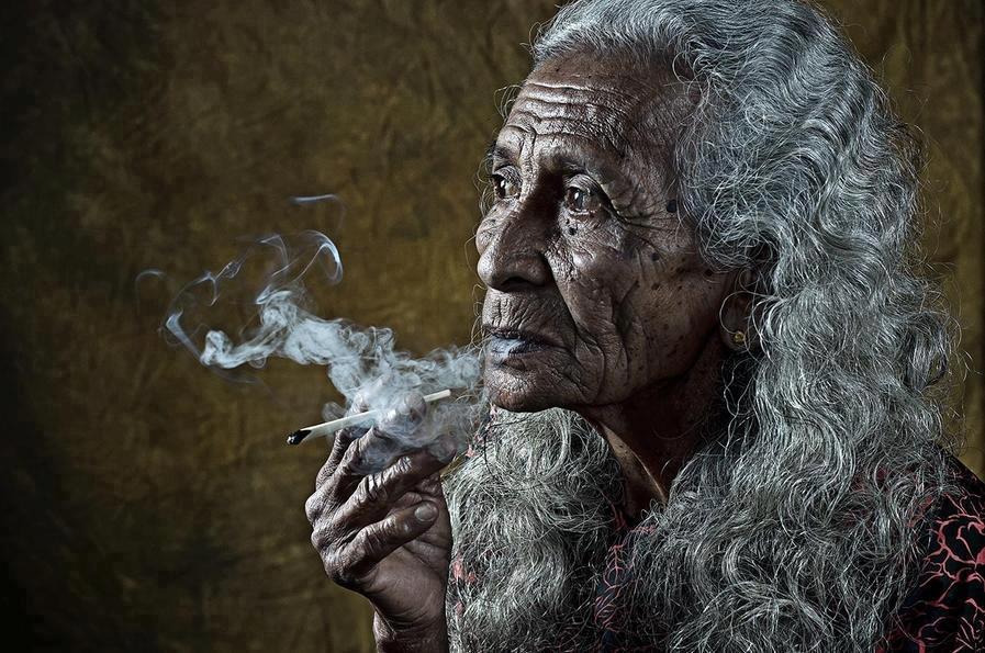Mujer abuela que fuma