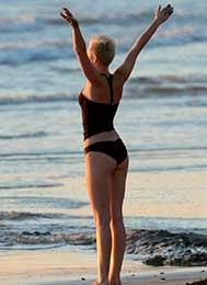 famosas-yoga-milley-cryus-akirelax