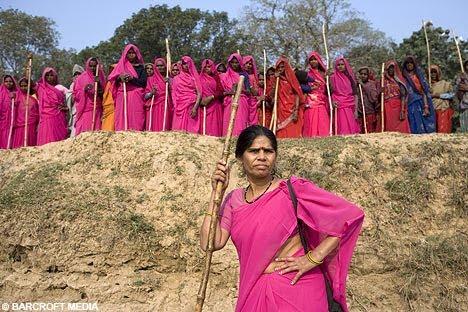 gulabi-gan-ejercito-saris-rosas