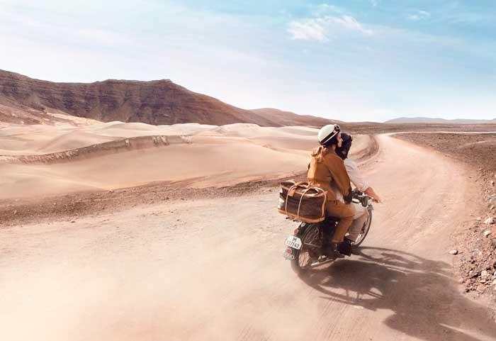 mujer-maleta-desierto-viajera