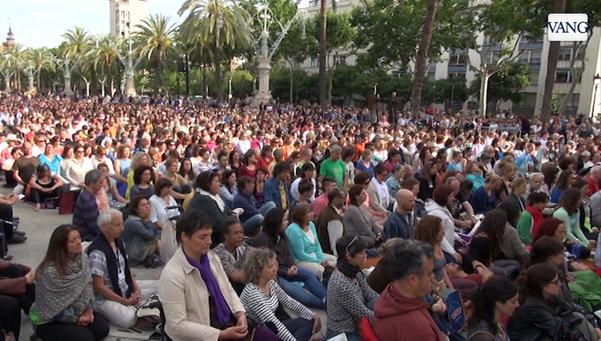 Nhat-Hanh-arco-triunfo-Barcelona-meditacion